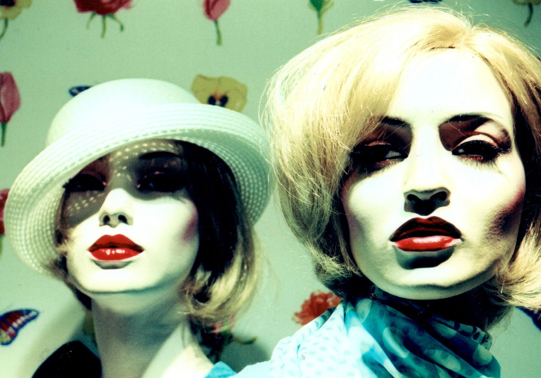 zwei weibliche Schaufensterpuppen