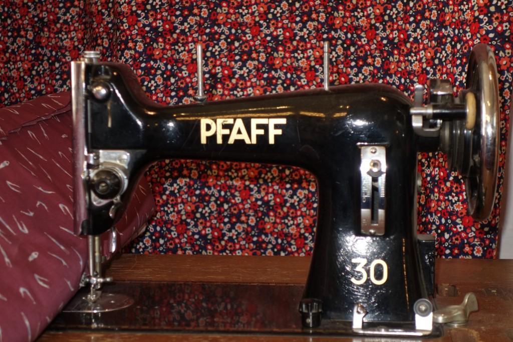 schwarze antike Pfaff-Nähmschine