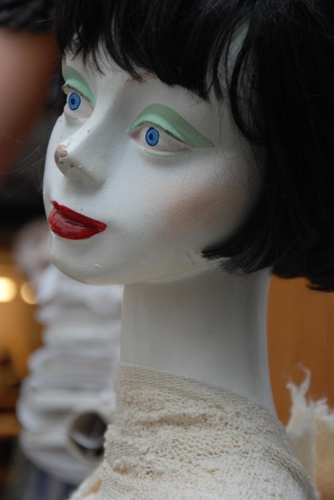 Kopf einer Schaufensterpuppe mit schwarzer Perücke