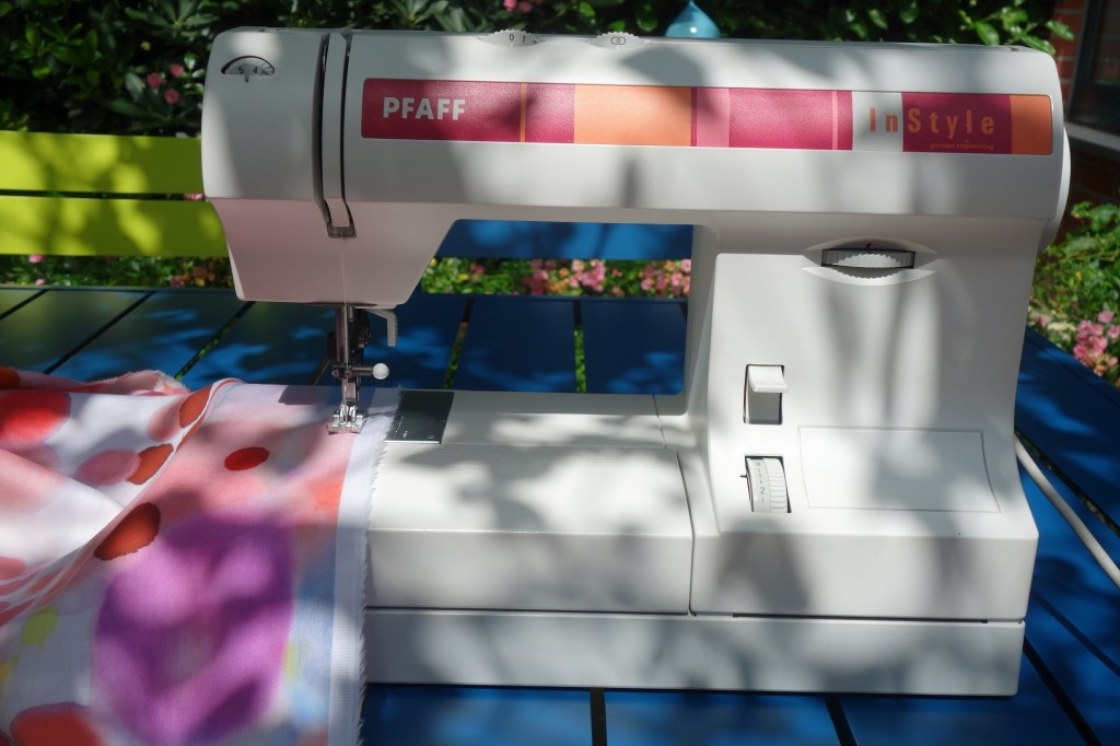 Nähmaschine auf Gartentisch