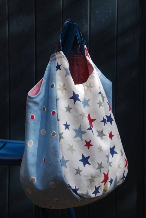 Tasche mit buntem Sternenmuster und Ledergriffen
