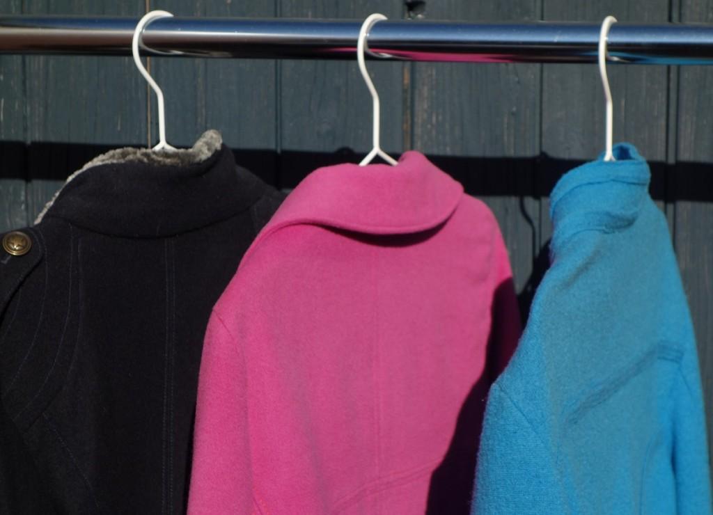 Kleiderständer mit drei Herbstjacken