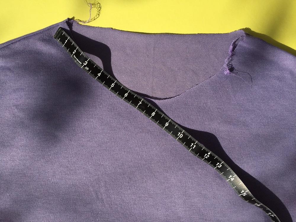 Shirt mit Maßband am Halsauschnitt