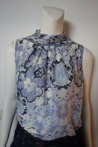 blau-weiße Baumwollbluse ohne Ärmel