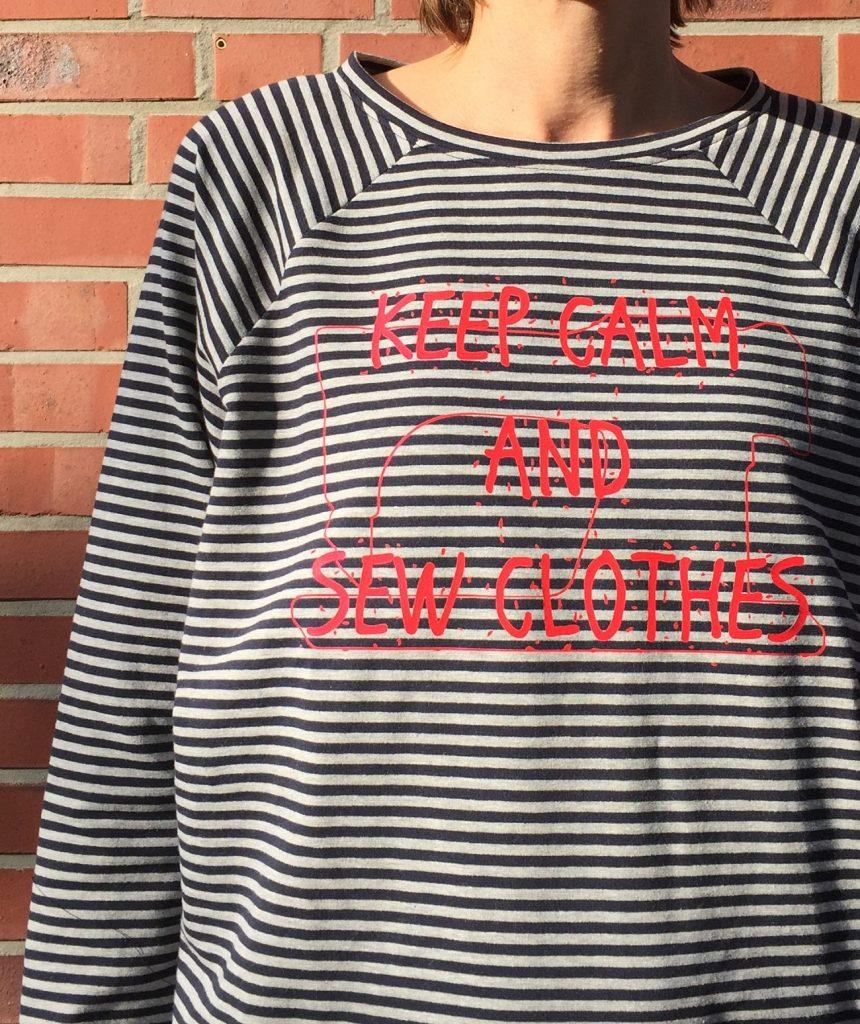 blau-weiß gestreiftes Shirt mit rotem Aufdruck