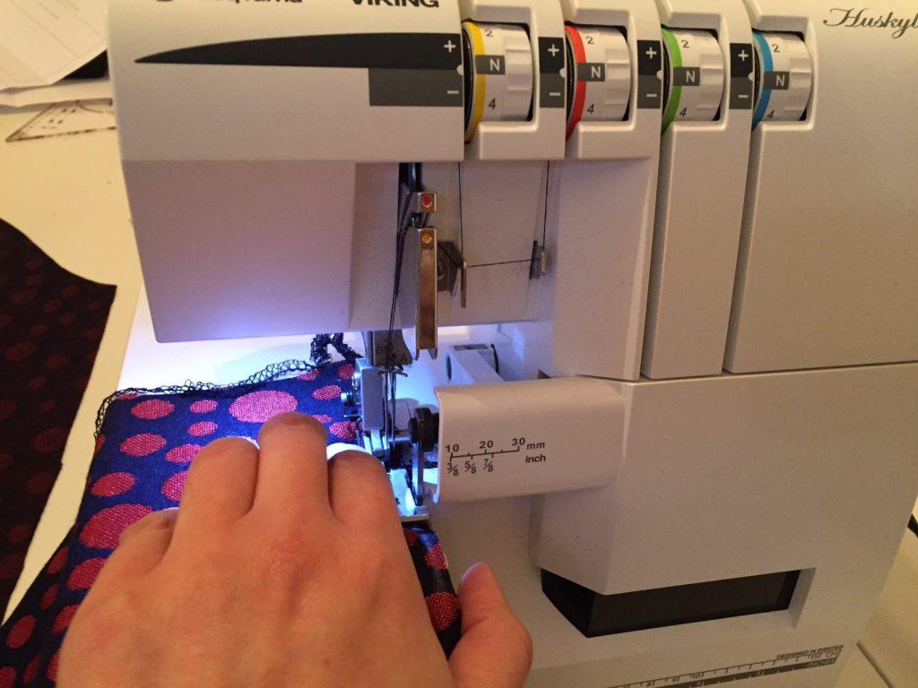 Stoffverarbeitung auf der Overlock-Maschine