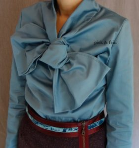 blaue Bluse mit Schleife