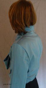 rückwärtige Ansicht blaue Bluse