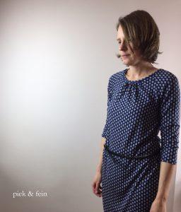 fertiges Nähergebnis: blaues Jerseykleid mit Dreiviertel-Ärmel