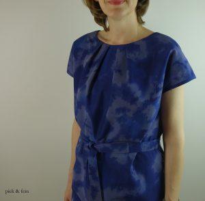blaues Baumwollkleid mit Bindeband