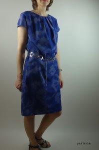 blaues Baumwollkleid mit silbernem Metallgürtel