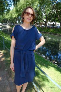 blaues Sommerkeid mit Cutouts
