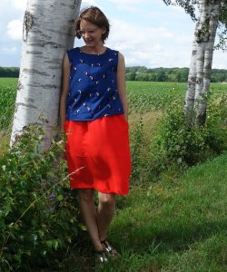 roter Pocket Skirt undblaues Top