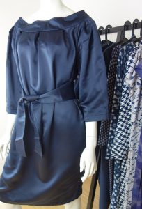 blaues Kleid mit Kellerfalten