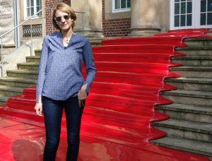 lila Tunika auf dem roten Teppich