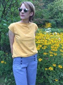 gelbes T-Shirt mit blauer Hose