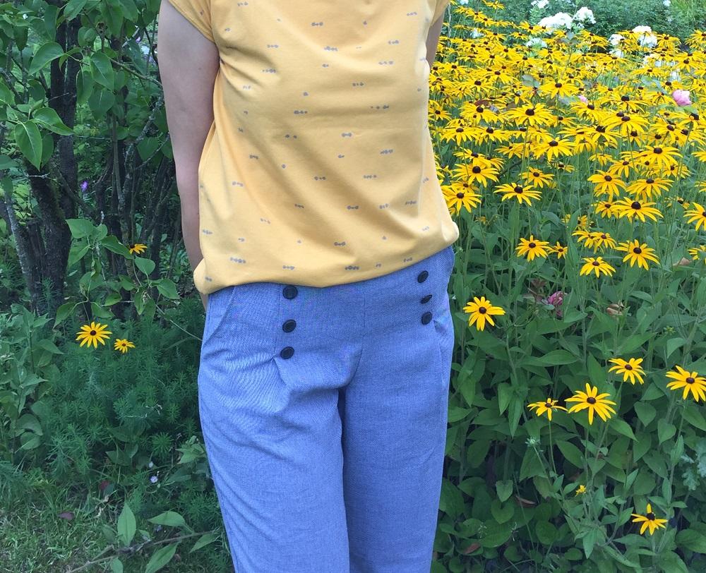 blaue Hose mit gelbem T-Shirt