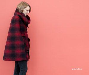 Seitenansicht: rot-schwarzes Cape von Fashionmakery