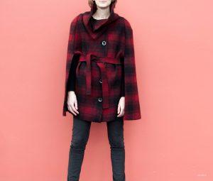 rot-schwarzes Cape von Fashionmakery