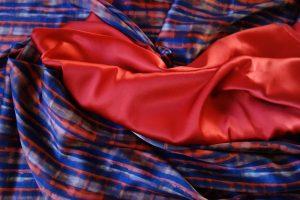 rote und gemusterte Seide