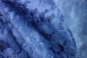 blaues Waschleder mit Spitze