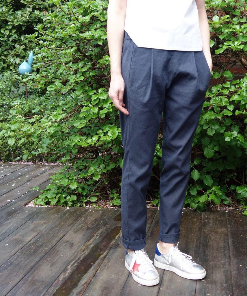blaue Calyer Pants mit silbernen Sneakern