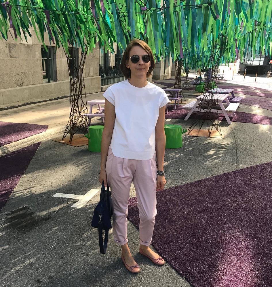 weißes Top und rosa Hose
