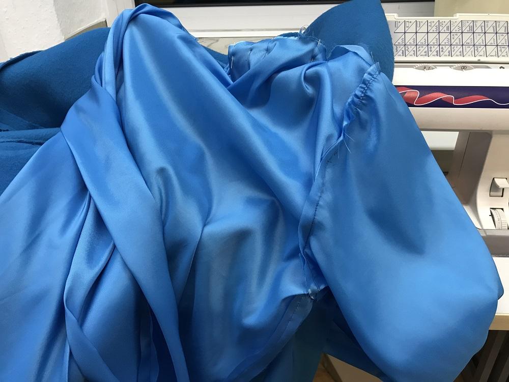 Futter wird in den blauen Burdastyle-Mantel eingenäht