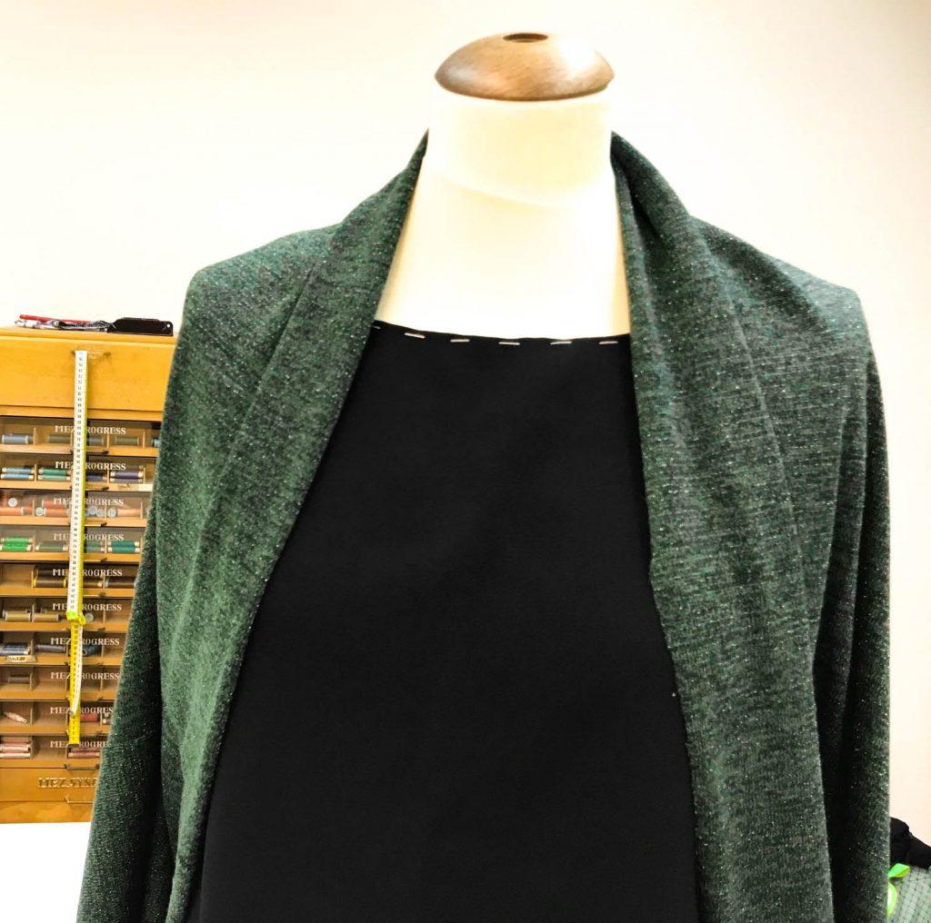 grüner Cardigan mit schwarzem Kleid