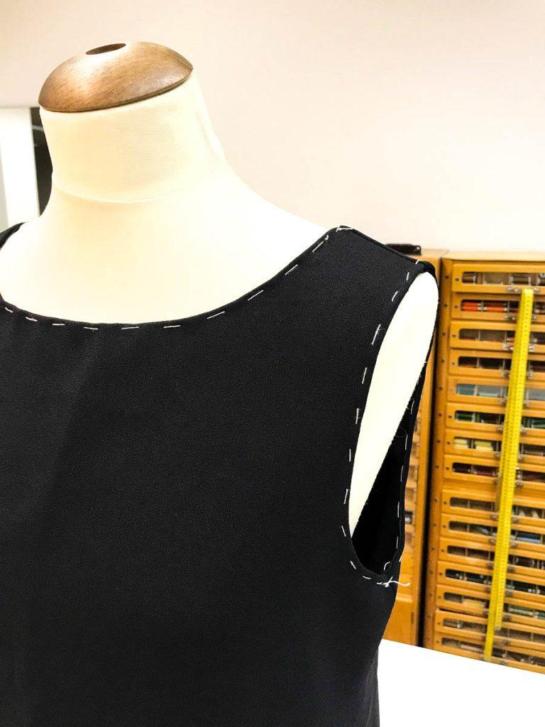ärmelloses schwarzes Kleid
