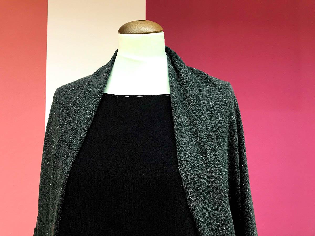 schwarzes Kleid mit grünem Cardigan