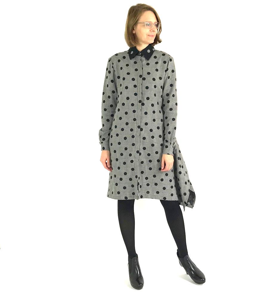 graues Kleid mit schwarzen Punkten