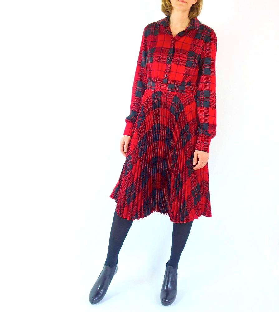 Plissekleid aus rot-schwarzem Polyesterstoff
