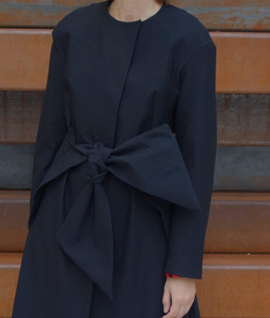 schwarzer Mantel von Grasser mit Schleife
