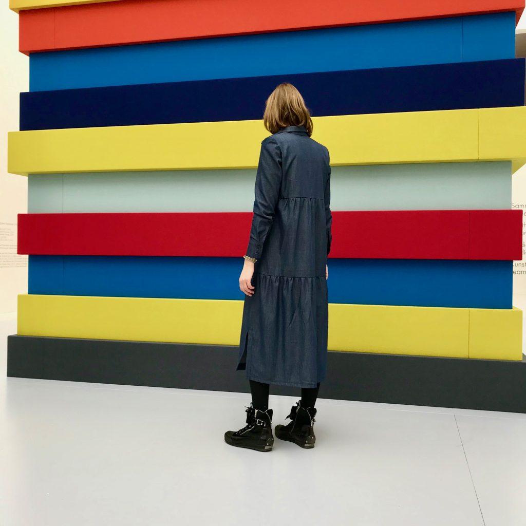 Kleid Runa präsentiert vor der Filzskulptur von Sean Scully