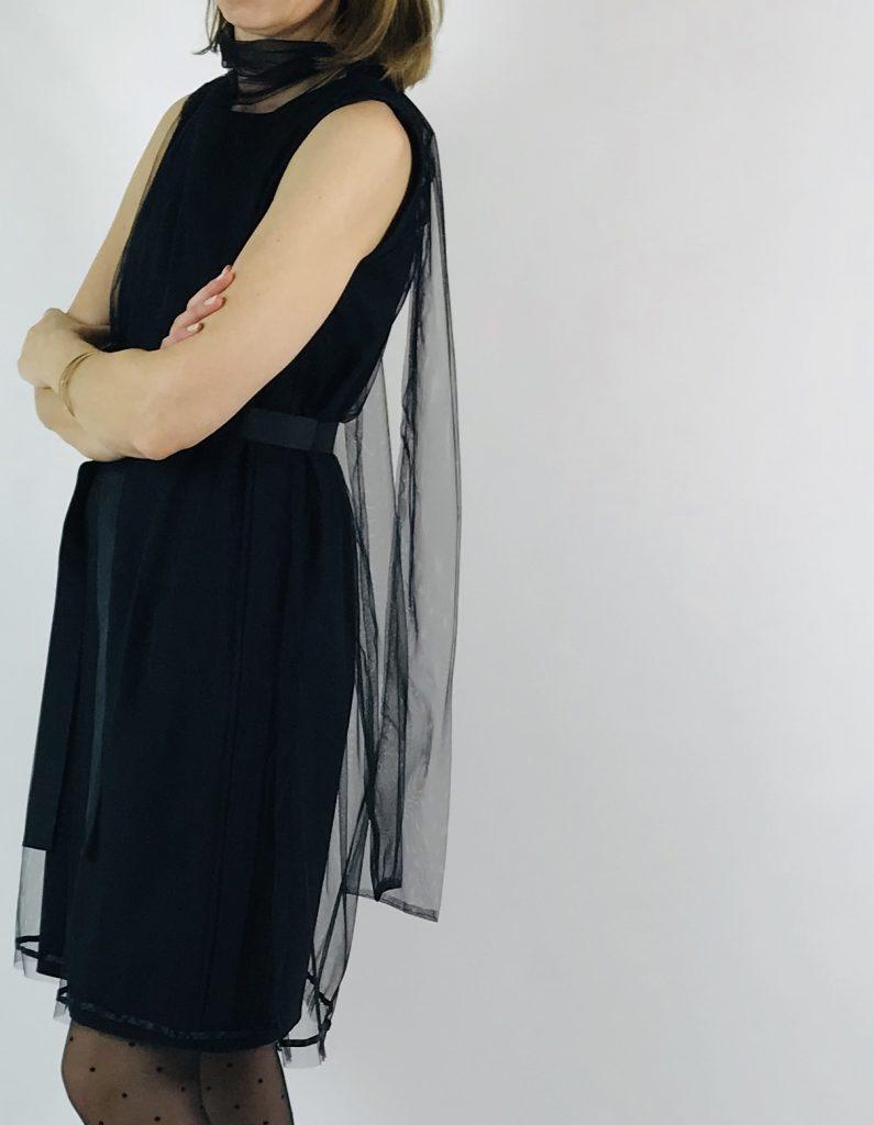 schwarzes Tüllkleid mit Schal