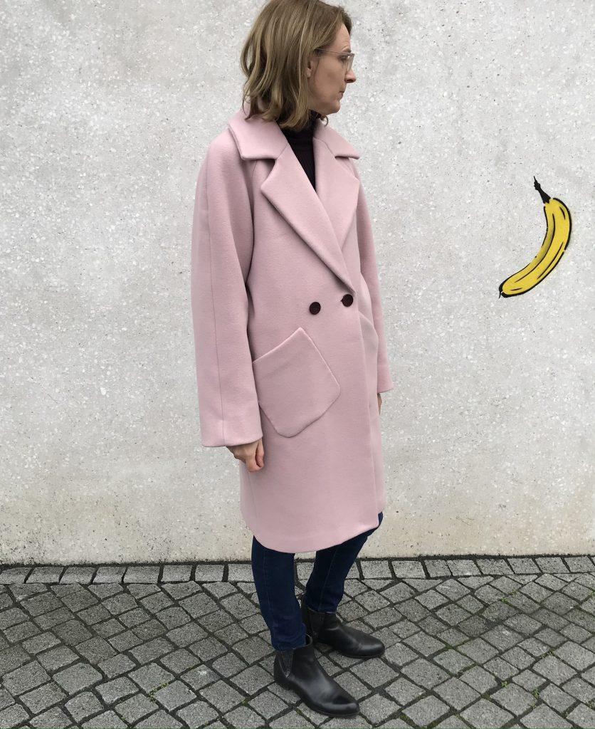 rosa Mantel mit schrägen Taschen
