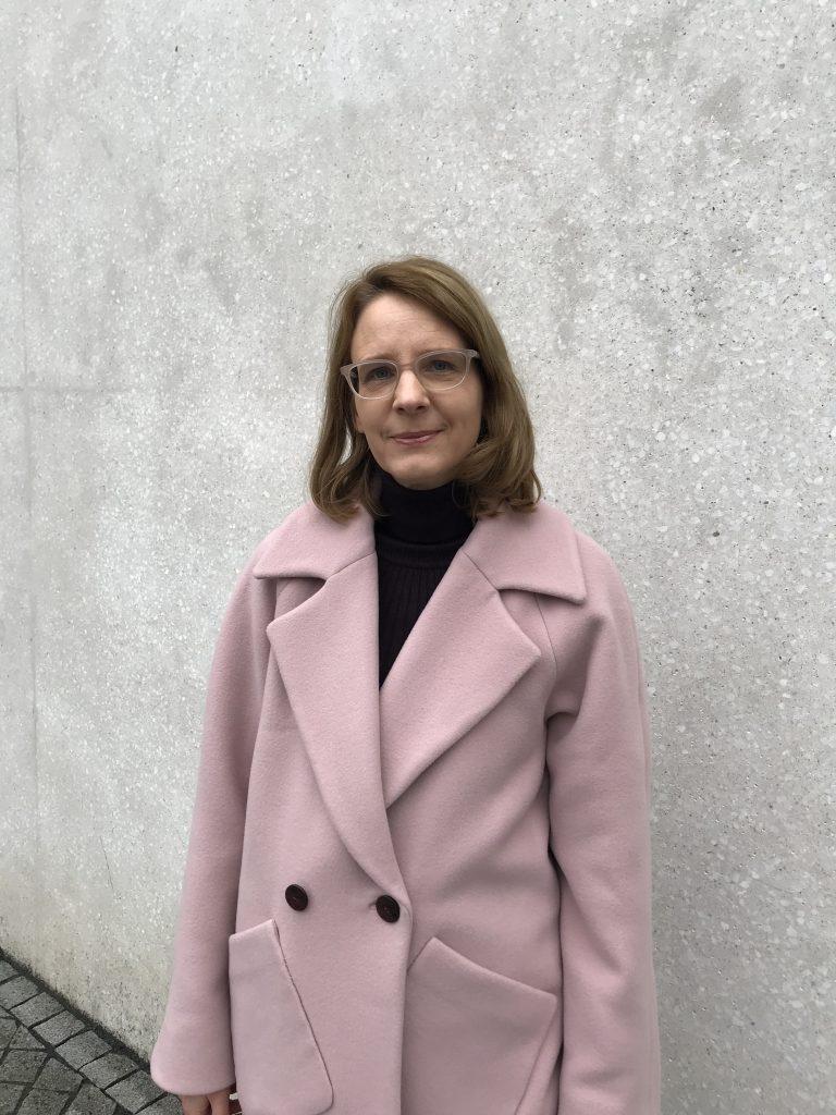 rosa Mantel mit großem Reverskragen