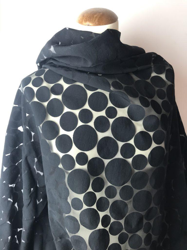 transparenter schwarzer Stoff mit schwarzen Kreisen