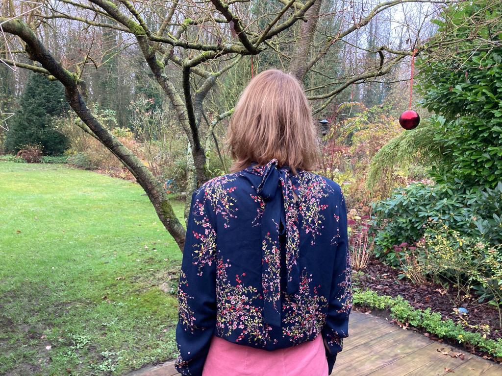 rückwärtige Ansicht der Grasser Bluse Nr. 689 mit Schleife im Nacken
