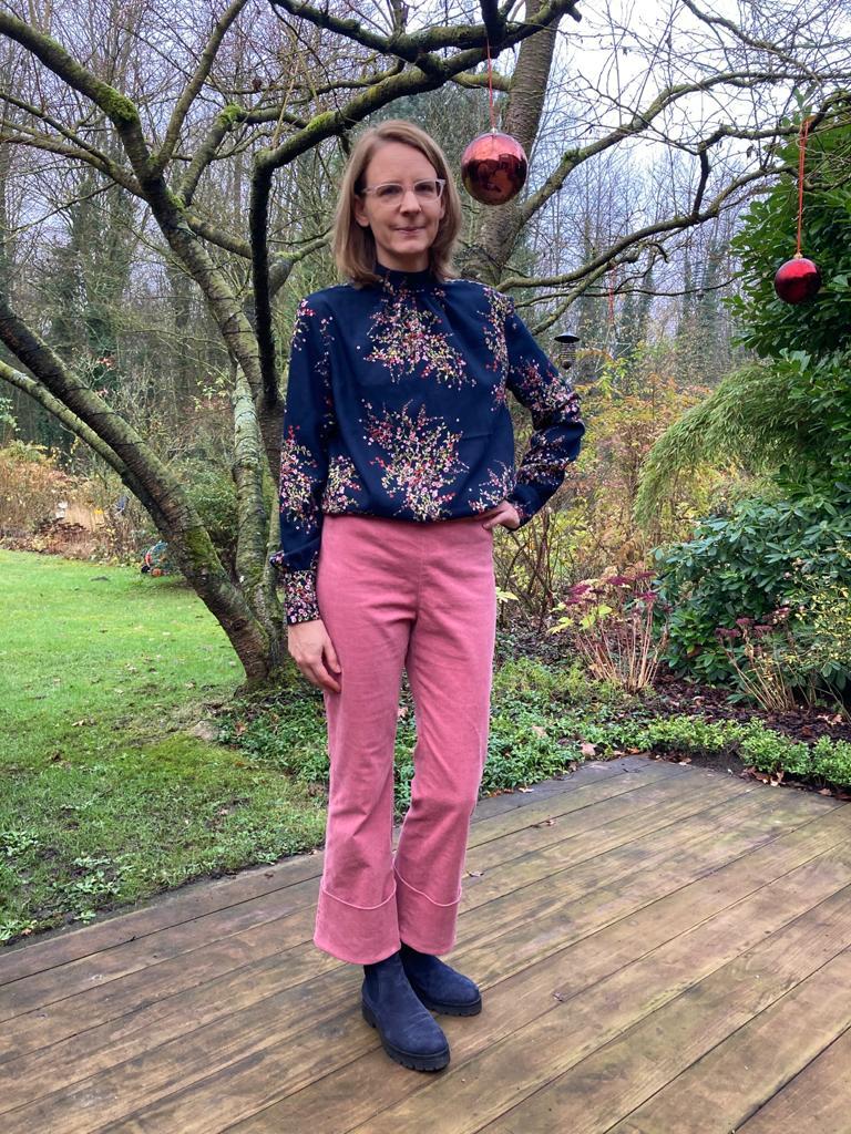 rosa Cordhose mit blauer Bluse