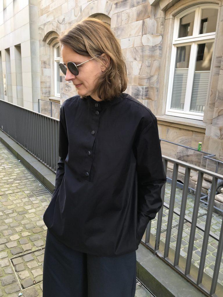 dunkelblaue Bluse mit Poloblende